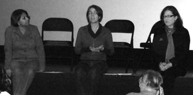 De izquierda a derecha: Sunita Bose, Ilgu Ozler y Betsy Palmieri hablan de los retos de los inmigrantes indocumentados.