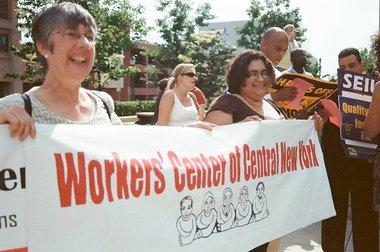 La activista Rebecca Fuentes, a la derecha.