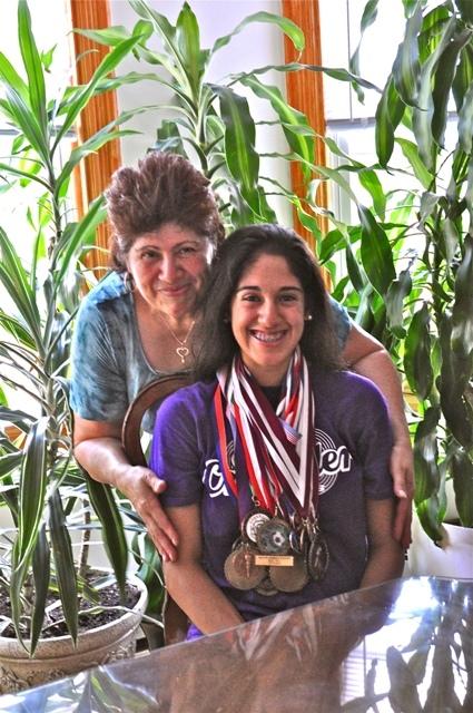 Sara Flores y su mamá en su casa de Kingston. Foto de Antonio Flores-Lobos