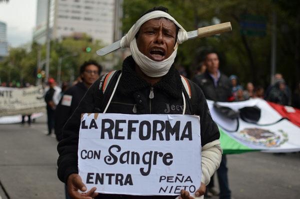 Un maestro manifestándose en contra de la reforma educativa en la ciudad de México. Fotografía de Andalusía Knoll.