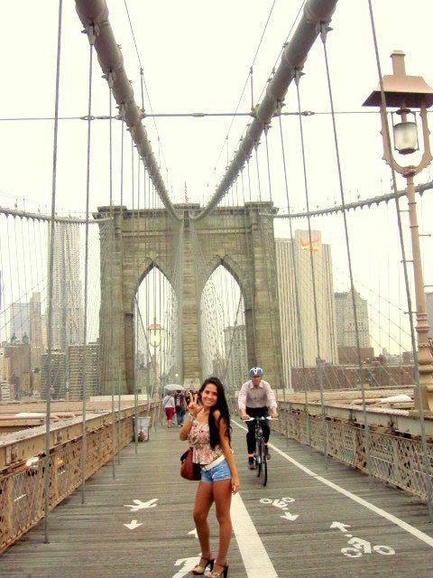 Karla Velasco en el puente de Brooklyn, NY
