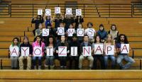 Estudiantes de Bard College dicen &ldquo;Todos somos Ayotzinapa&rdquo;. Foto por Anne Burnett que ser&aacute; incluida en una exhibici&oacute;n permanente de Visual Action en la Escuela Normal Rural Ra&uacute;l Isidro Burgos de Ayotzinapa, M&eacute;xico.<!--EndFragment-->