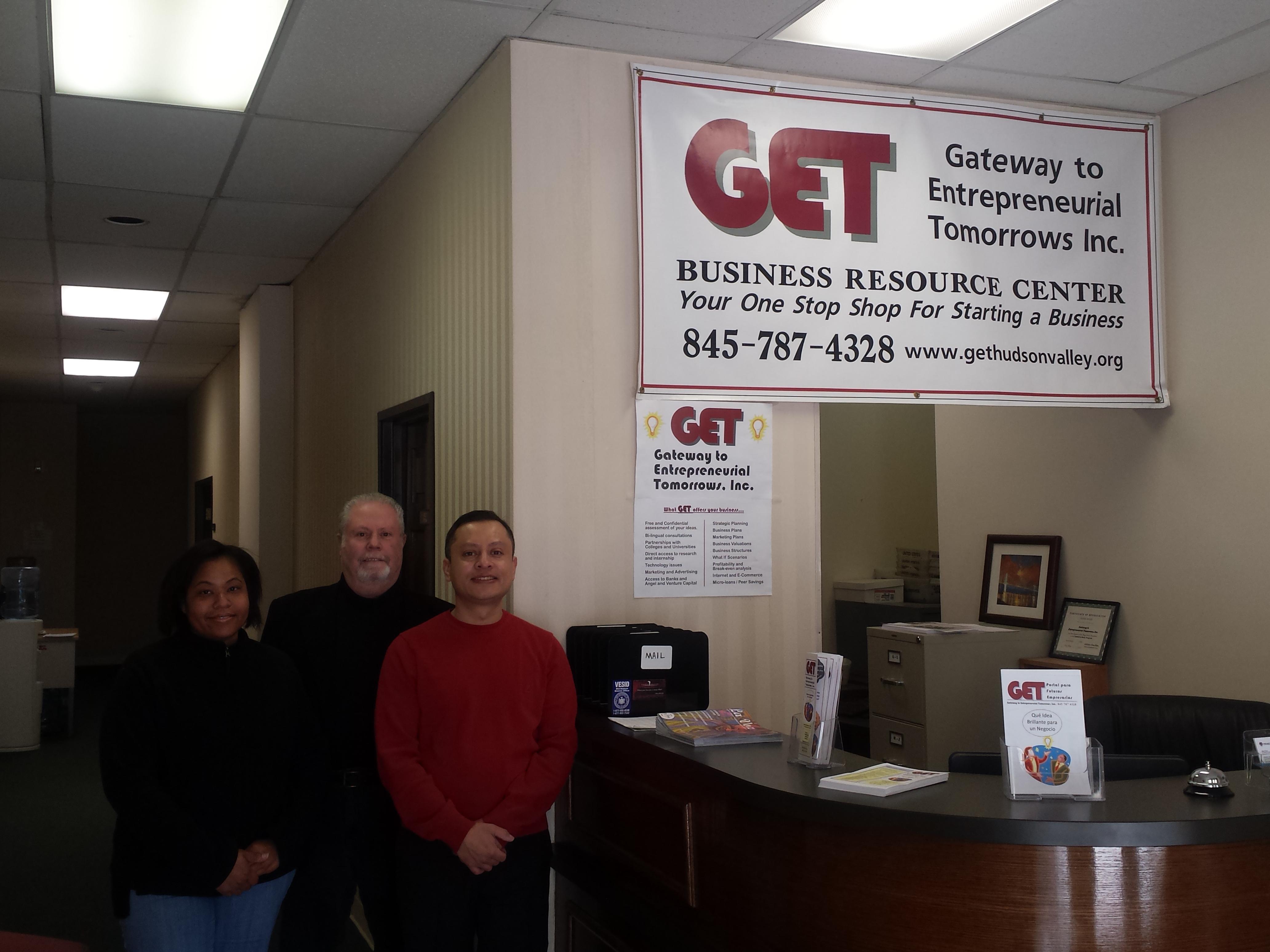Rob Lunski y los esposos Yojanny y Mauricio Martínez en las oficinas de GET, foto de Javier Crespo.