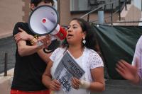 Maria Galeas da un discurso conmovedor a la multitud de más de 130 personas que marcharon el 18 de mayo por los despedidos de Ideal Snacks. Foto de Leanne Tory-Murphy