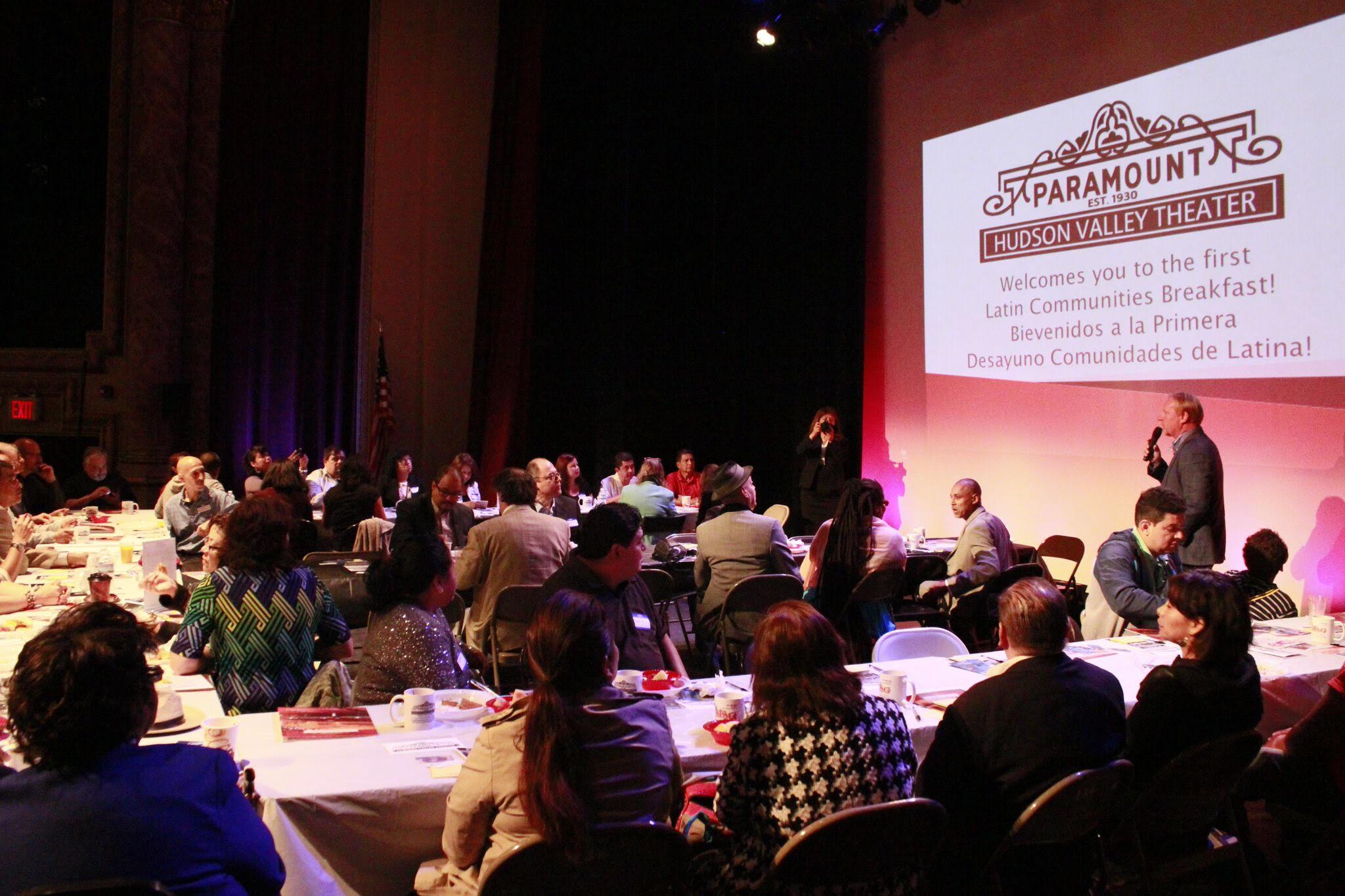 Desayuno para las comunidades latinas en el Paramount Theatre. Foto de Fred Romen