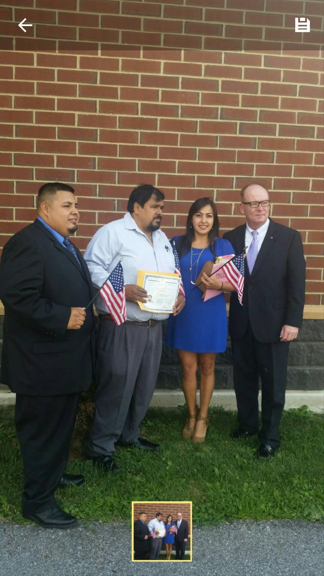<div>Parte de la familia Rodr&iacute;guez se hizo ciudadana estadounidense el mismo d&iacute;a, de izquierda a derecha: Erick (sobrino de Humberto), Humberto y Karla (hija de Humberto), junto al alcalde de Poughkeepsie, Rob Rolison.</div>