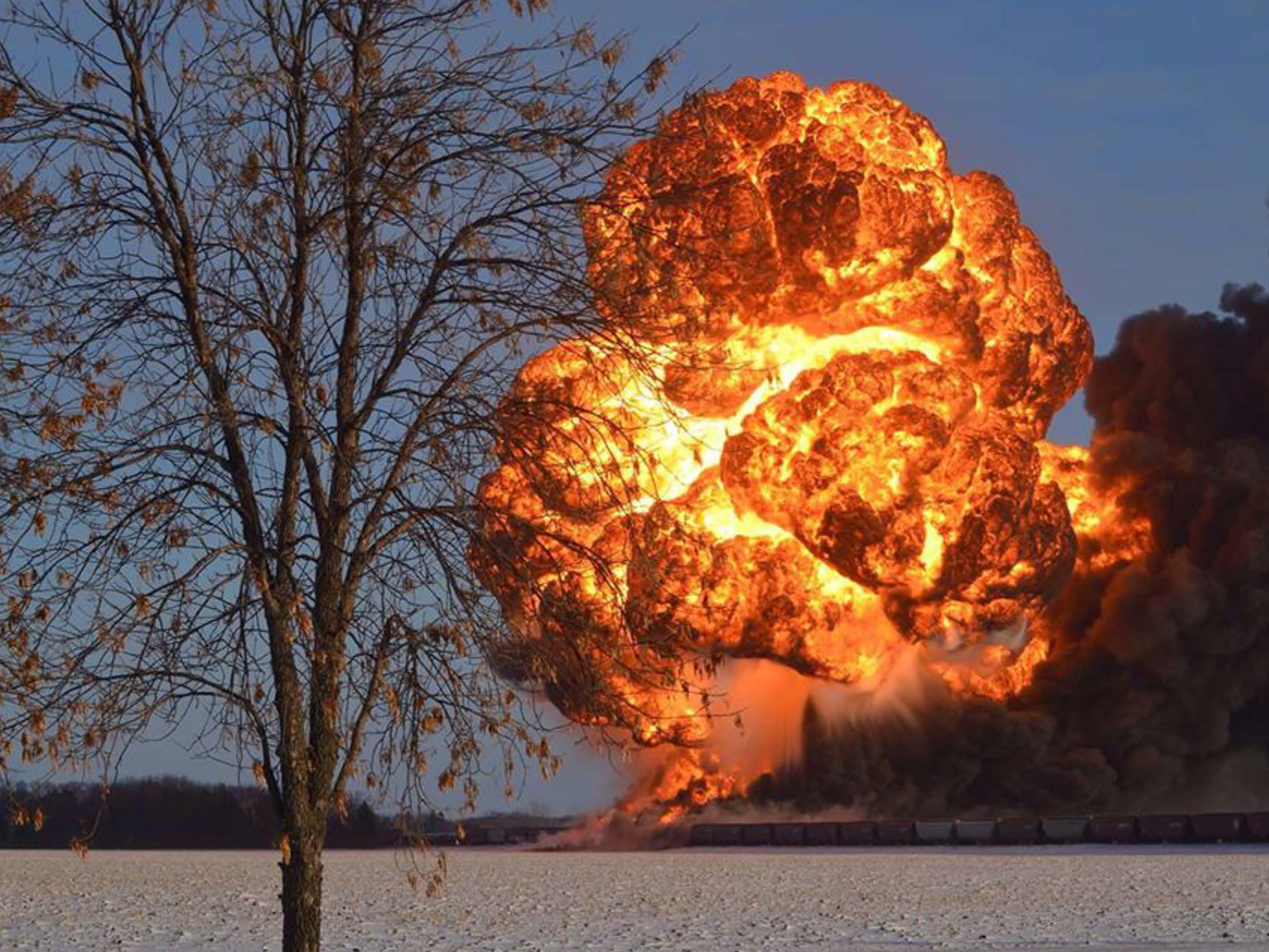 """El pretróleo que viene de Bakke es explosivo, tóxico y corrosivo. En la foto, el descarrilamiento de """"tren bomba"""" en Casselton, ND."""