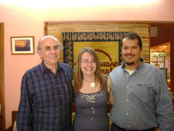 Los fundadores de Universidad de la Tierra, Gustavo Esteva y Sergio Beltrán, con la escritora en la Universidad, Oaxaca, México