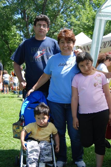 """""""Gracias por darnos la oportunidad de tener un espacio de opinión para los hispanos"""", dijo Lourdes de Beacon, que nos visitó con toda su familia."""